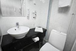 fragment łazienki w kolorystyce czarno-białej