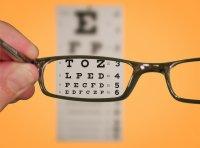 patrzenie na tablicę przez okulary